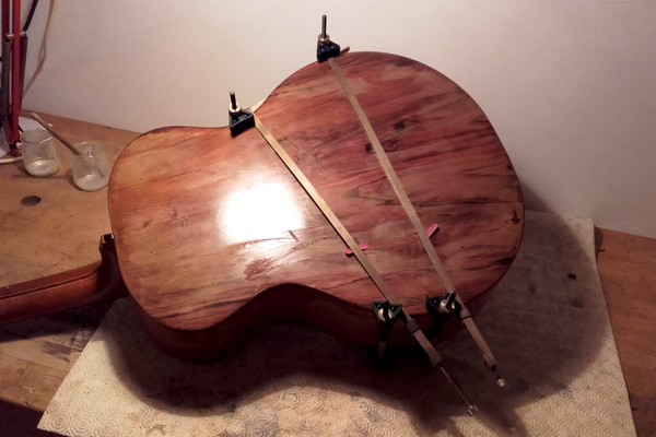 restauration de guitare acoustique folk de luthier